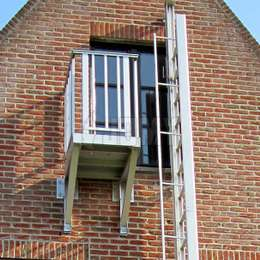 Aluminium balconies facilitate the route and provide a safe access when ladders are too far to reach, or when access from a window or the roof gutter is considered dangerous.