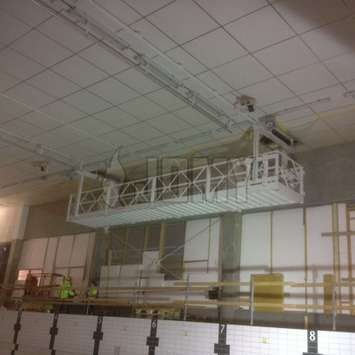 Aluminium hangend werkplatform in een fabriek - Building Maintenance Unit