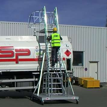 Mobile tanker access ladder - Use by a JOMY worker