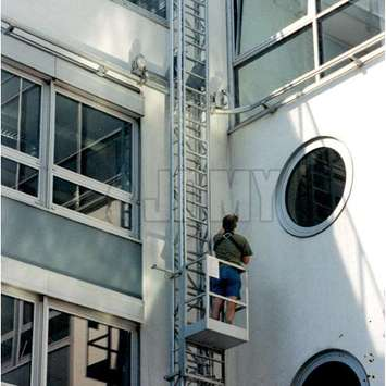Mobile hangladder with gantry on a curved wall one