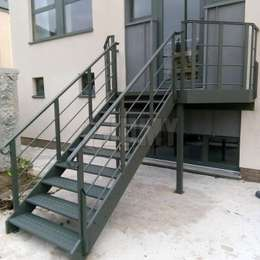 Painted metal stairs for building access, in aluminium.