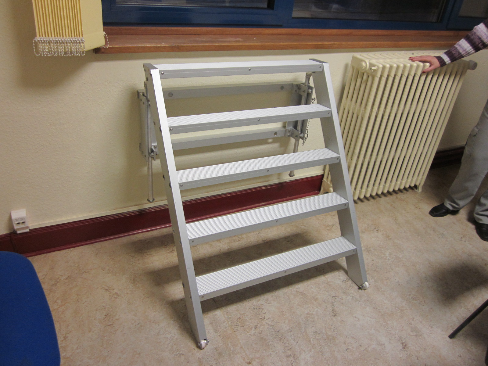 Aluminum tetractable stepladder in open position