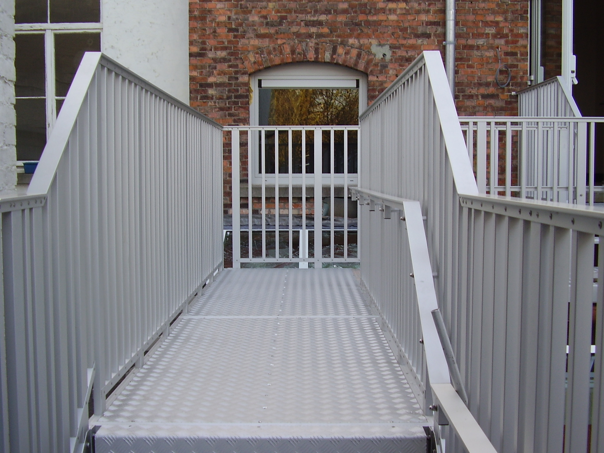 Aluminum walkway with JOMY guard rails