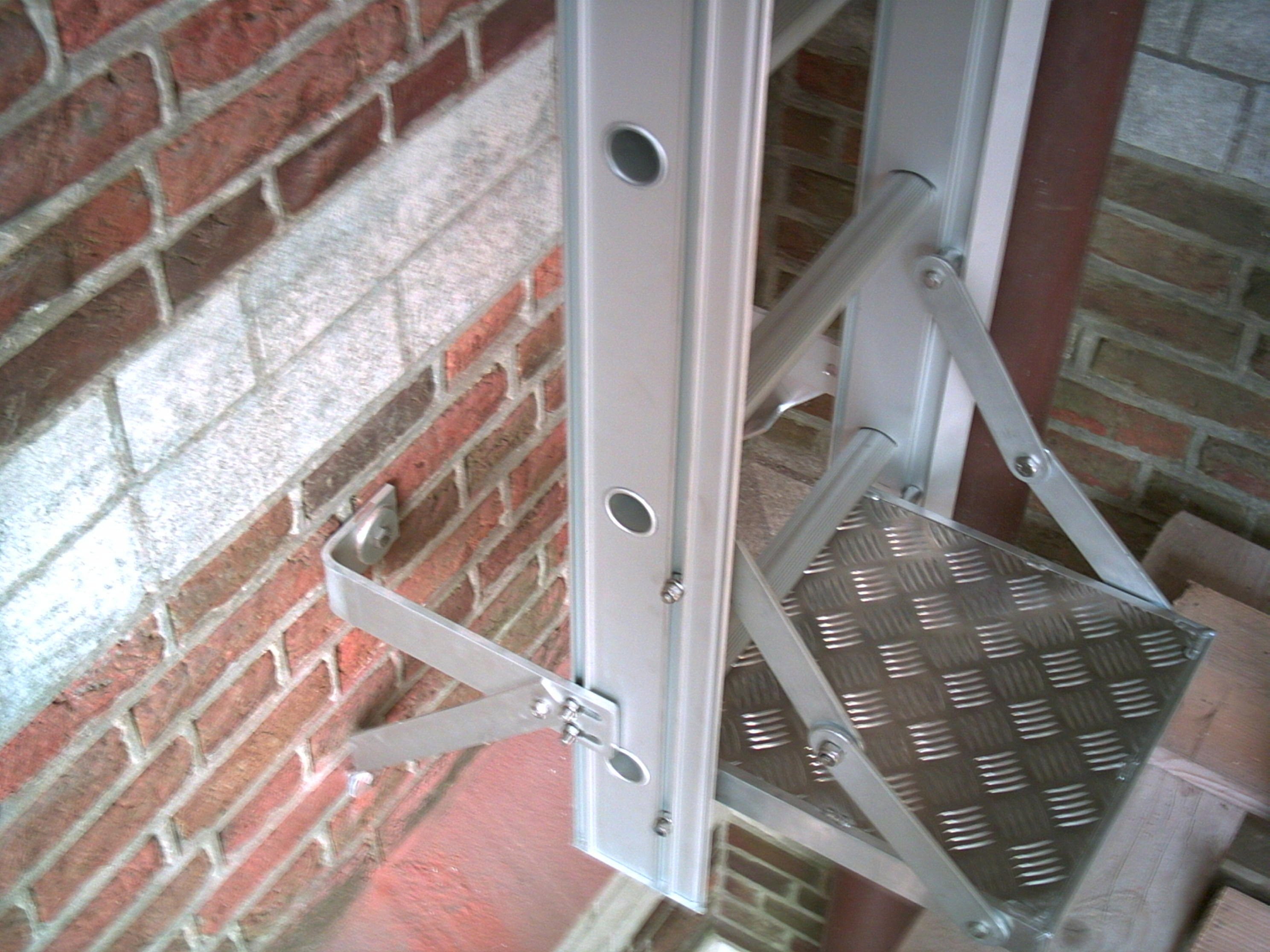 Foldable bottom step on ladder in aluminum