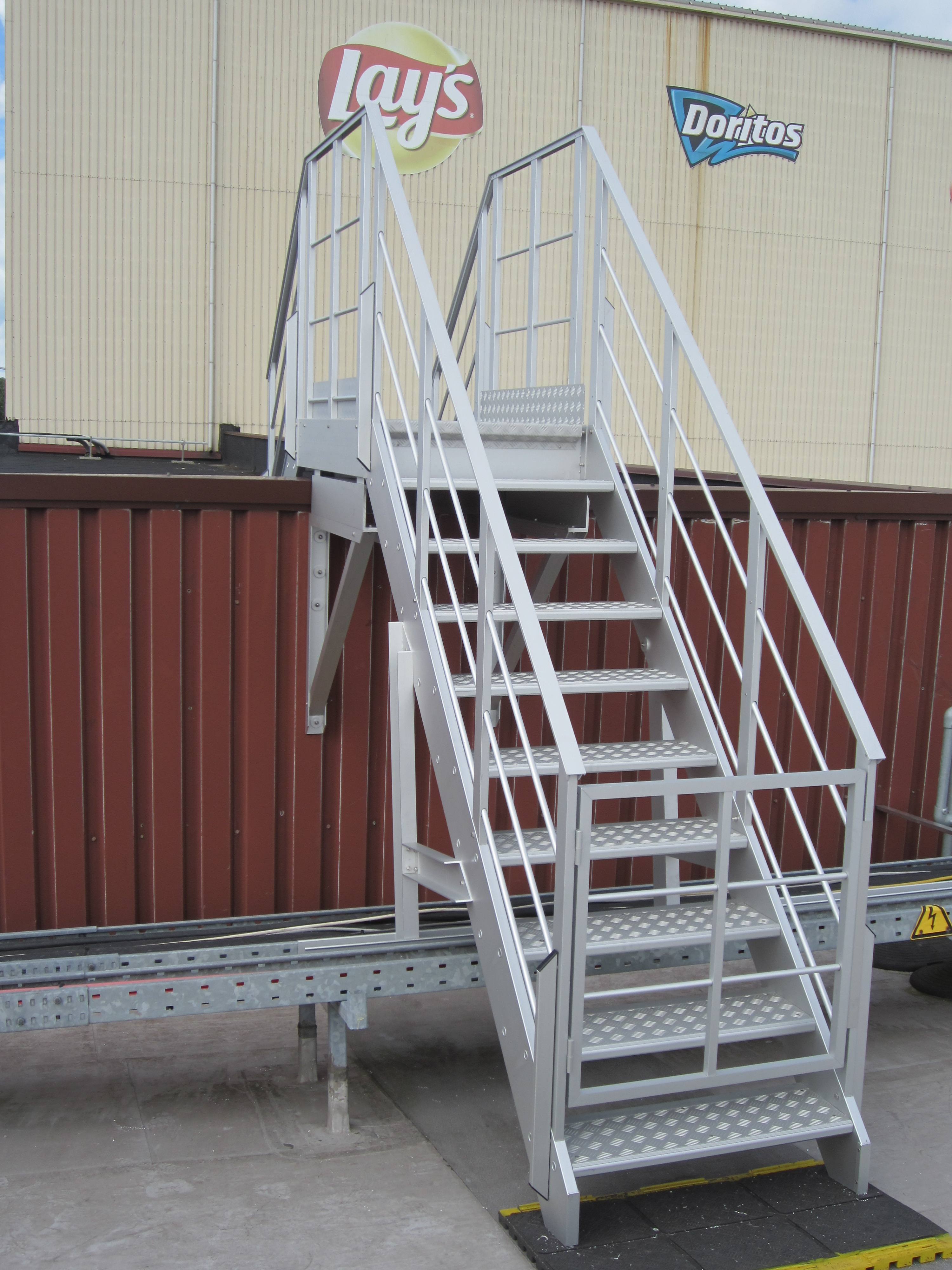 Jomy aluminum stairs on a roof