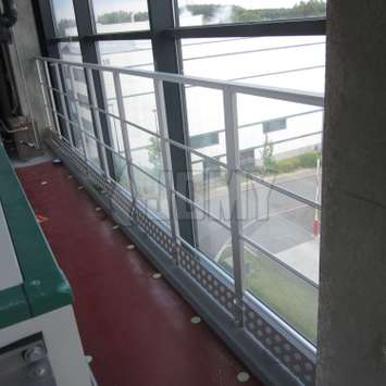 railguard in anodized aluminum fixed on floor